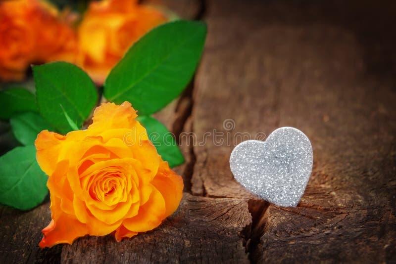 Roses et coeur, Saint-Valentin, le jour de mère images stock