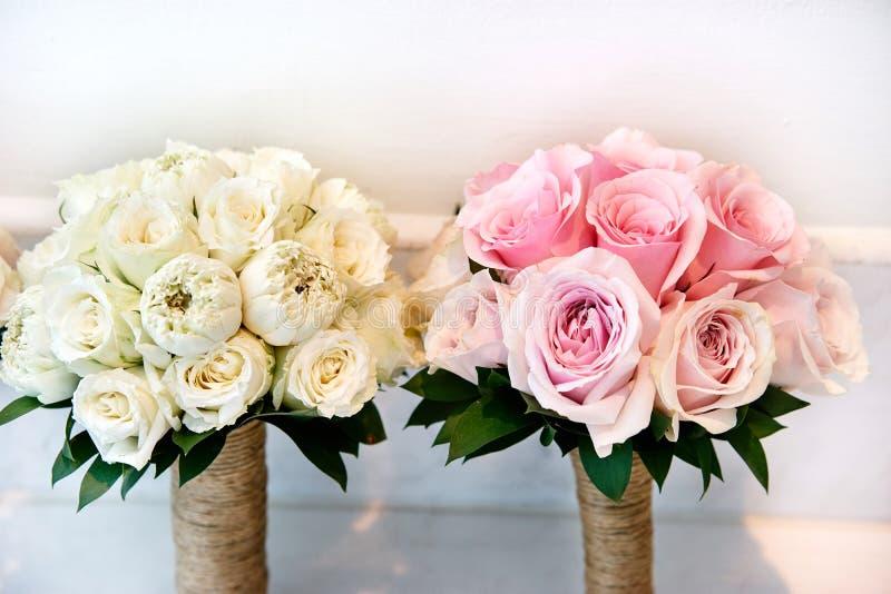 Roses roses et roses crèmes épousant le bouquet de la jeune mariée et des demoiselles d'honneur images libres de droits