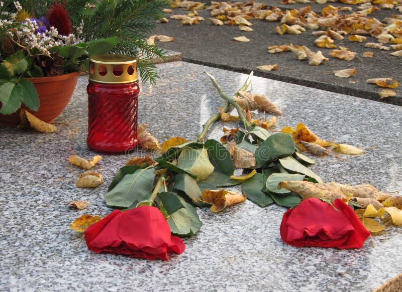 Roses et lanterne sur la tombe photos libres de droits