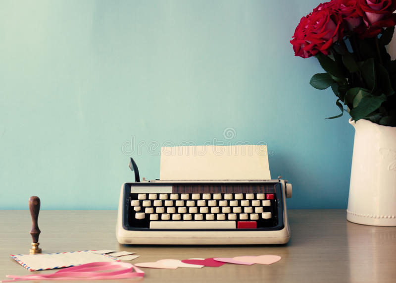 Roses et machine à écrire photos libres de droits