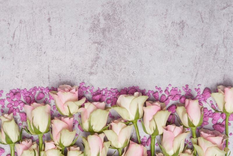 Roses et pierres décoratives, carte de voeux photos stock