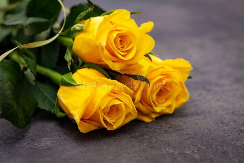 Roses jaunes dessus sur le fond foncé image libre de droits