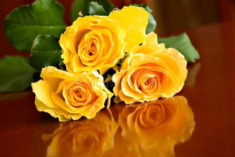 Roses jaunes sur la table images stock
