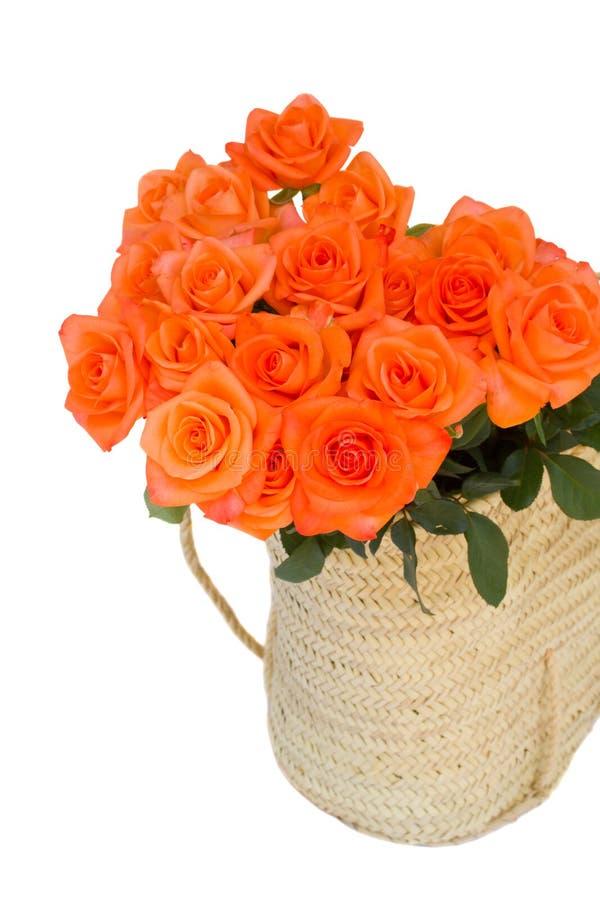 Roses oranges dans le panier image libre de droits