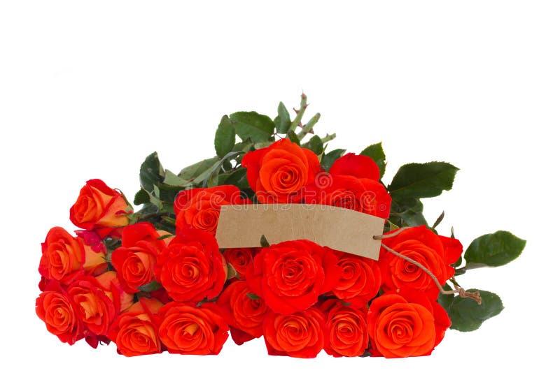 Roses oranges lumineuses avec l'étiquette photos stock