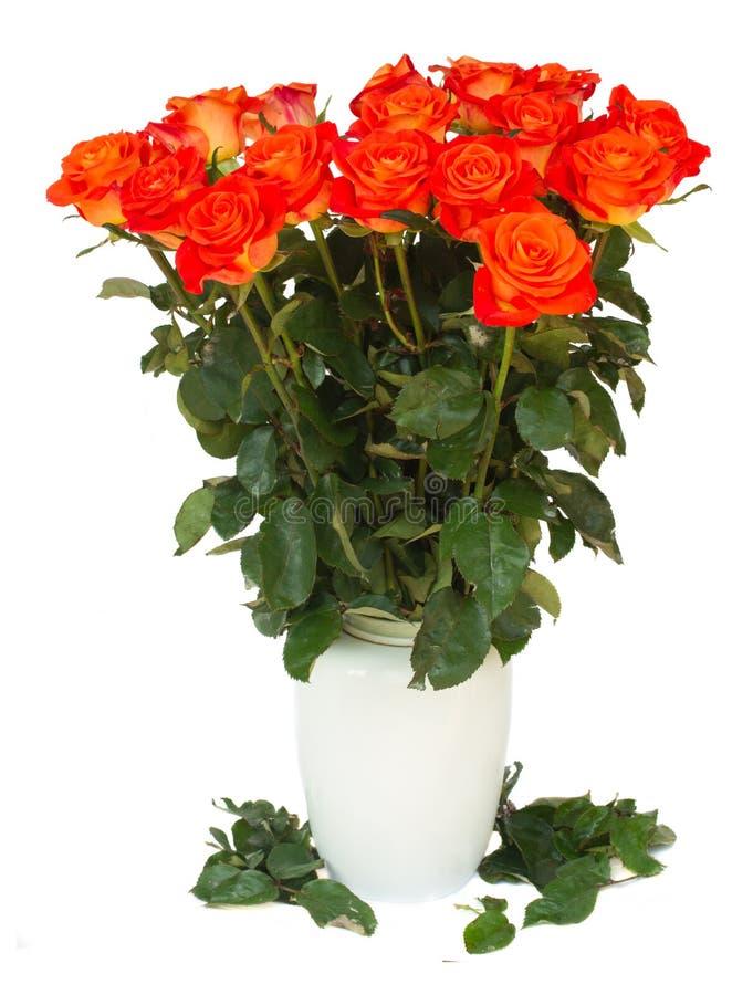 Roses oranges lumineuses dans le vase images libres de droits