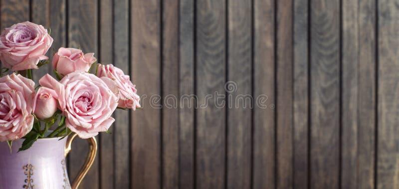 Roses roses dans une cruche de vintage images libres de droits
