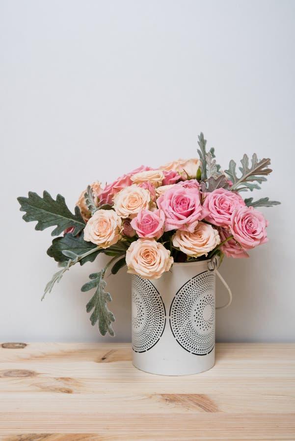 Roses roses et beiges photos stock