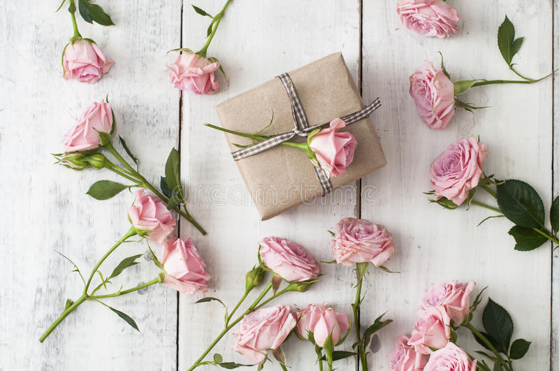 Roses roses et boîte-cadeau image libre de droits