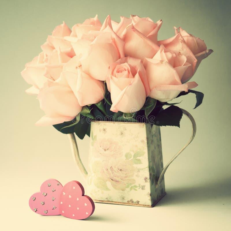 Roses roses et coeurs en bois images stock