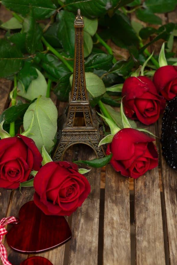 Roses rouge foncé sur la table images stock