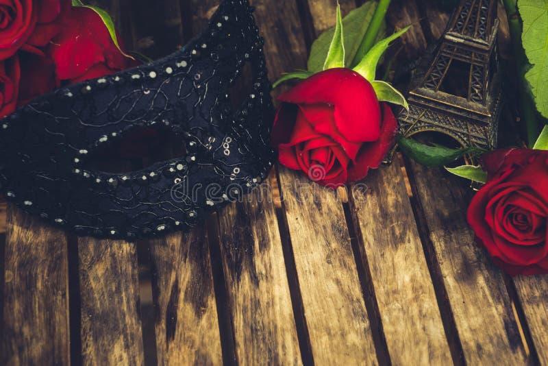 Roses rouge foncé sur la table images libres de droits