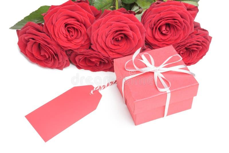 Roses rouges avec le boîte-cadeau rouge avec la carte vierge pour la copie d'isolement sur le fond blanc photo stock