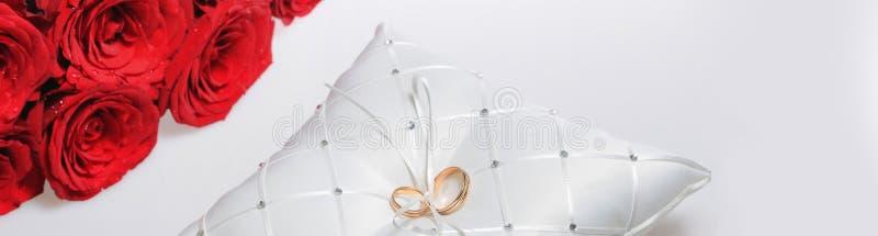 Roses rouges d'anneaux de mariage au-dessus du fond blanc photo stock