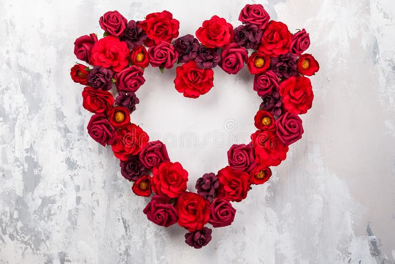Roses rouges dans la forme du coeur photographie stock