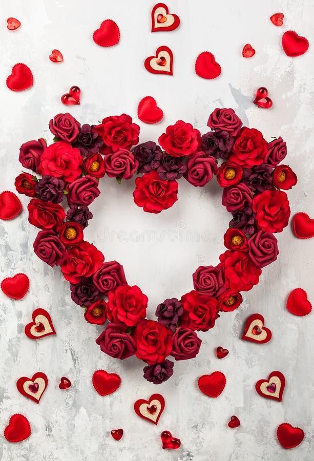 Roses rouges dans la forme du coeur photos stock