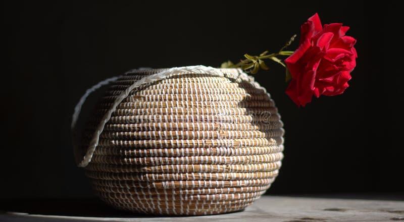 Roses rouges et un poème photographie stock libre de droits