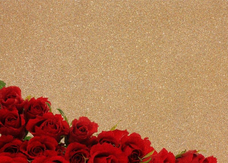 Roses rouges sur le fond d'or photos libres de droits