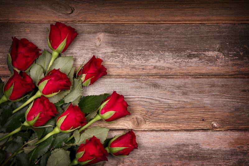 Roses rouges sur le vieux bois photographie stock libre de droits