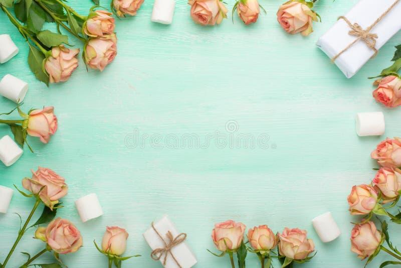 Roses roses sur le fond en bois en bon état avec des cadeaux, fond de fête, anniversaire, mariage, Saint-Valentin Configuration p photographie stock