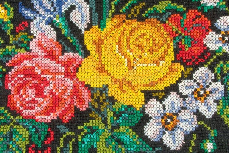 Roses sur le tissu photographie stock