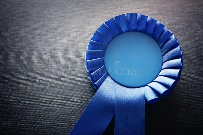 Rosetón azul del premio con las cintas y el espacio de la copia fotos de archivo libres de regalías