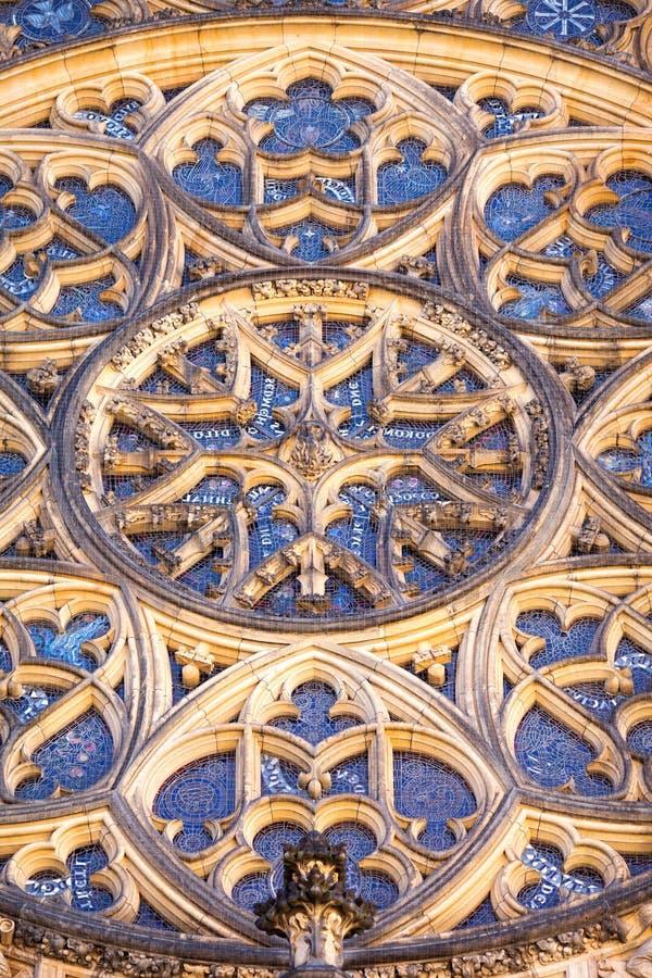 Rosetón de la catedral de St Vitus en Hradcany en Praga, República Checa fotos de archivo libres de regalías