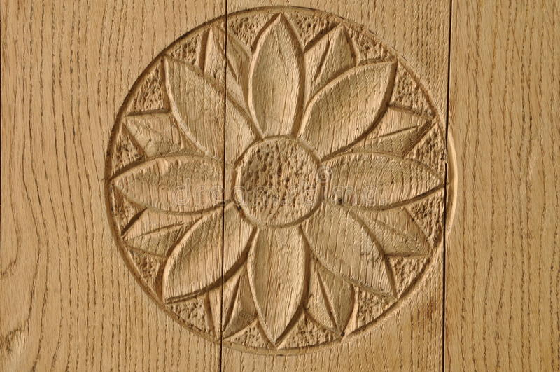 Rosetón de madera en puerta imagen de archivo libre de regalías