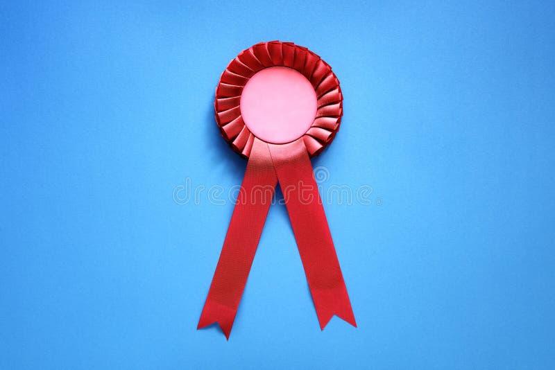 Rosetón rojo del premio con las cintas fotos de archivo libres de regalías