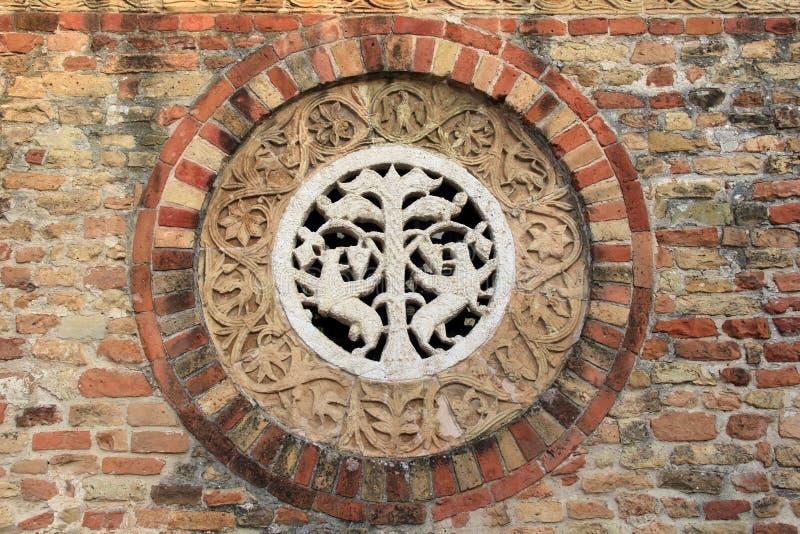 Roseta decorativa na pedra da abadia de Pomposa fotografia de stock