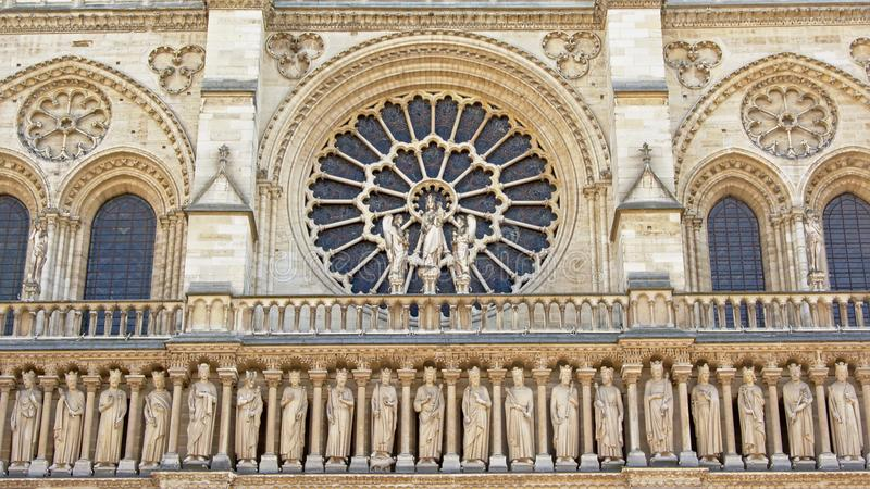 Rosetta e finestre incurvate sopra una fila delle statue, dettaglio della cattedrale di Notre Dame, Parigi, Francia fotografie stock libere da diritti