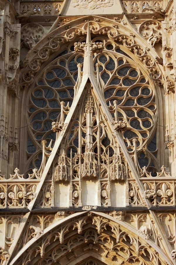 Rosette und Verzierungen der gotischen Fassade stockbild