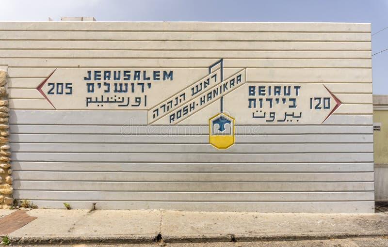 Rosh HaNikra, ISRAEL 24. März 2018: Unterzeichnen Sie an der Grenze zwischen Israel und dem Libanon stockfotografie