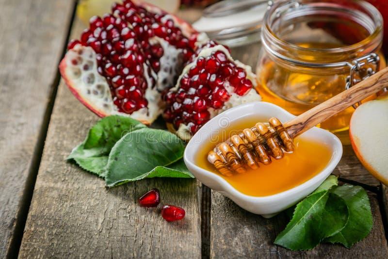 Rosh hashana żydowski wakacyjny pojęcie - jabłka, miód, granatowiec fotografia stock