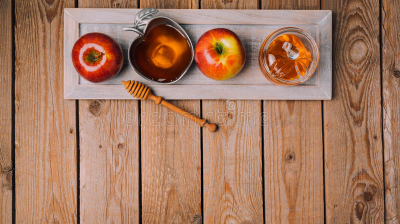Rosh Hashana feriebakgrund med honung och äpplen på trätabellen ovanför sikt royaltyfria foton