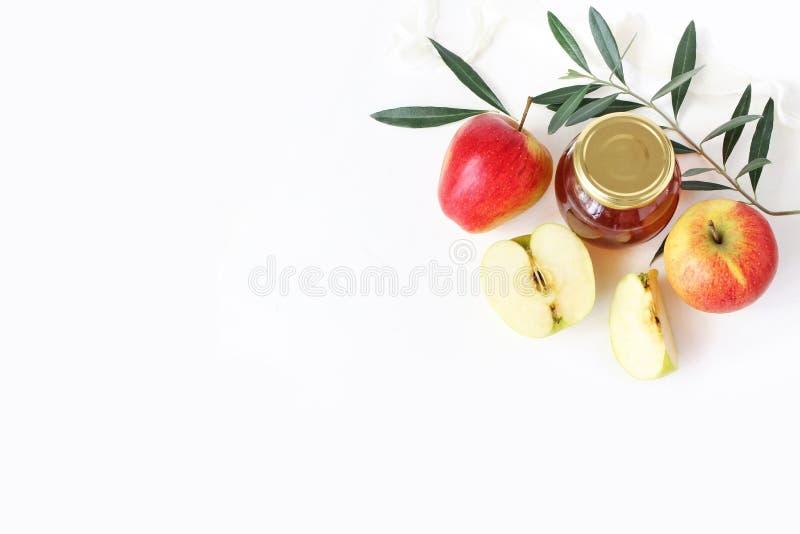Rosh hashana, judiskt hälsningkort för nytt år, inbjudan Mat utformad materielsammansättning med honungkruset, äpplen, oliv arkivbild