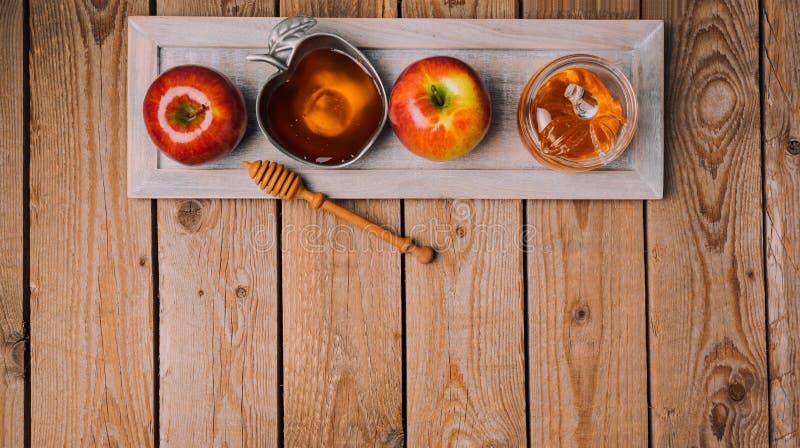 Rosh Hashana wakacyjny tło z miodem i jabłkami na drewnianym stole na widok zdjęcia royalty free