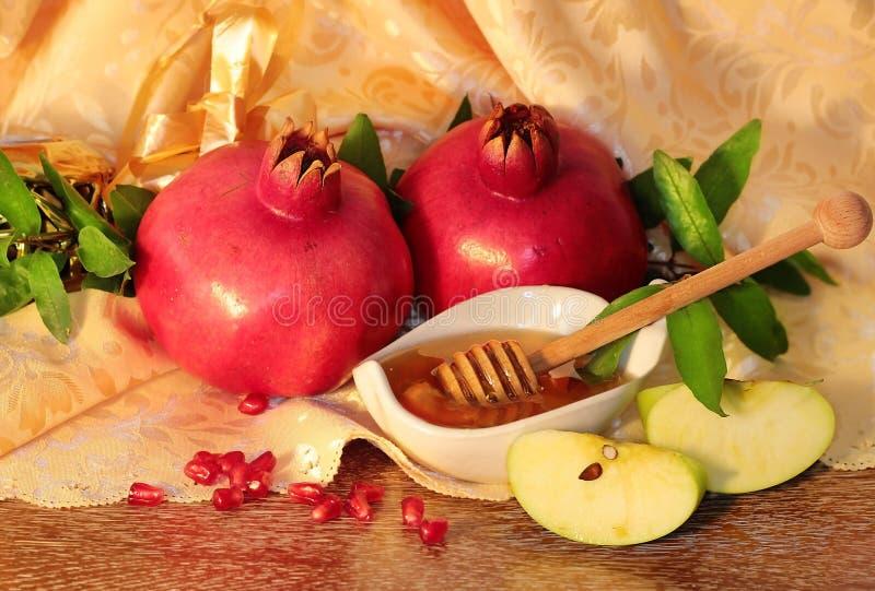 Rosh hashanah标志-蜂蜜、苹果和石榴 免版税库存图片