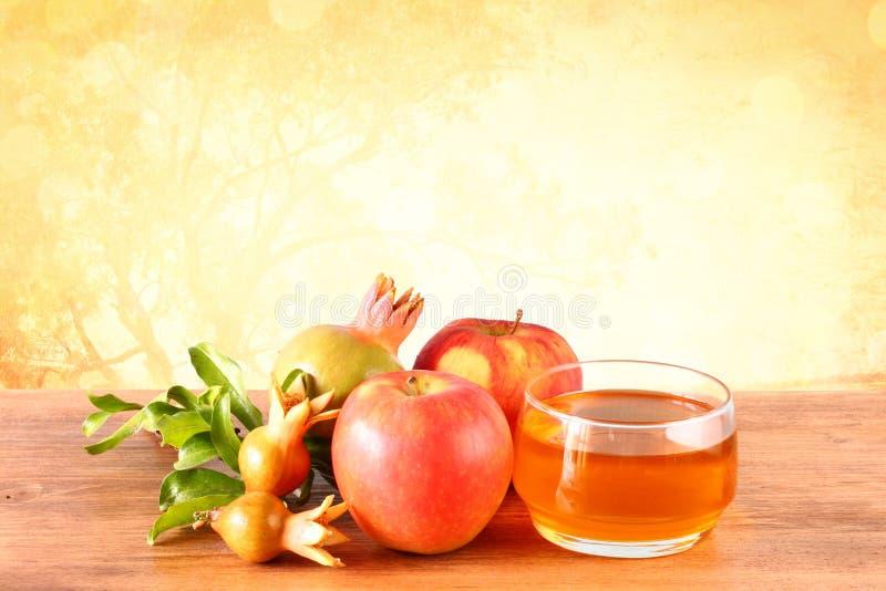 Rosh hashanah概念-苹果蜂蜜和石榴在木桌 免版税库存图片