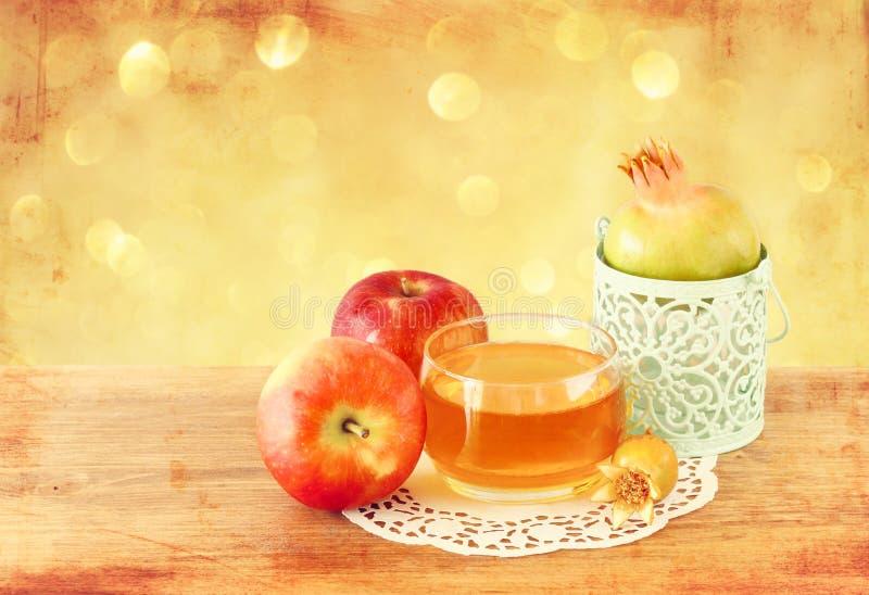 Rosh hashanah概念-苹果蜂蜜和石榴在木桌 库存图片