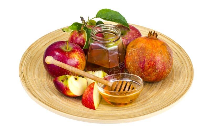 rosh hashanah犹太假日概念 蜂蜜、苹果和石榴在木盘 免版税库存图片