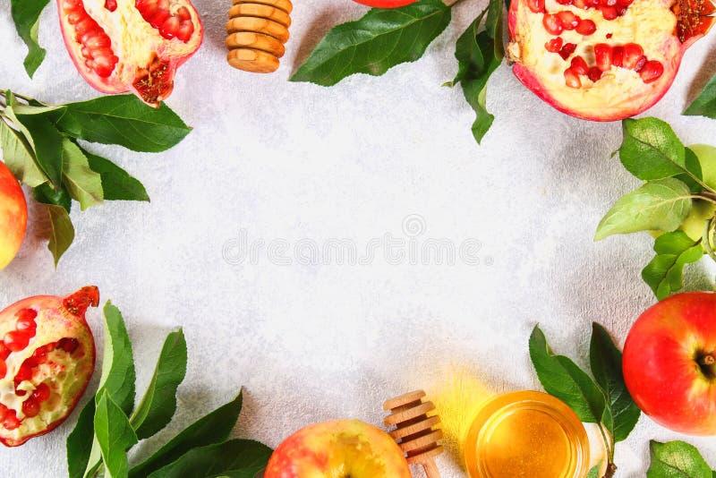 Rosh hashanah犹太新年假日概念 传统标志 苹果,蜂蜜,石榴 复制空间 顶视图 平的位置 库存照片