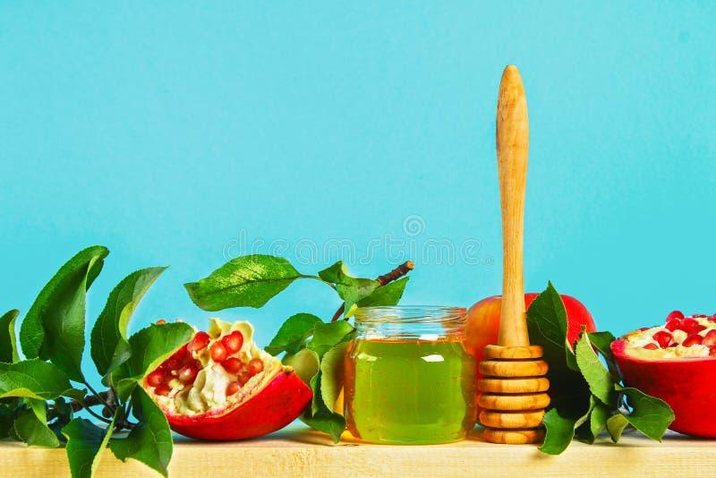 Rosh hashanah犹太新年假日概念 传统标志 苹果,蜂蜜,石榴 复制空间 库存图片
