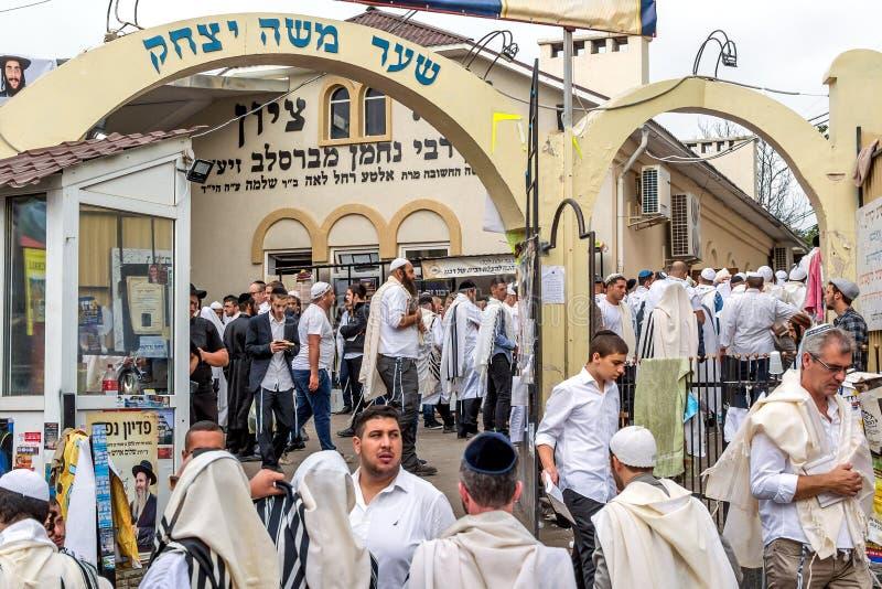 Rosh Hashanah, еврейский Новый Год 5778 Оно отпраздновано около могилы равина Nachman Паломники около синагоги стоковые изображения