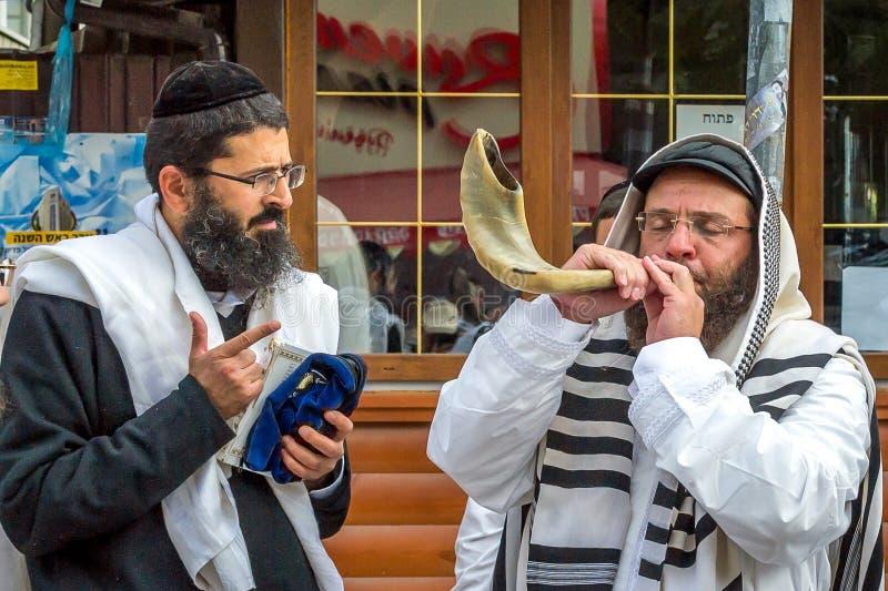 Rosh Hashanah, ano novo judaico 5778 É comemorado perto da sepultura do rabino Nachman em Uman O hasid judaico funde o Shofar foto de stock