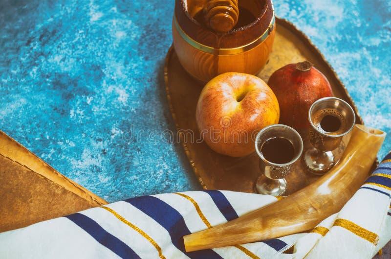 Rosh-hashanah jüdische Neujahrsfeiertagsymbole Shofar, Honig, Apfel und Granatapfel auf einer flachen Lage stockfotografie