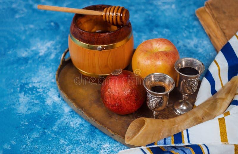 Rosh-hashanah jüdische Neujahrsfeiertagsymbole Shofar, Honig, Apfel und Granatapfel auf einer flachen Lage lizenzfreies stockbild