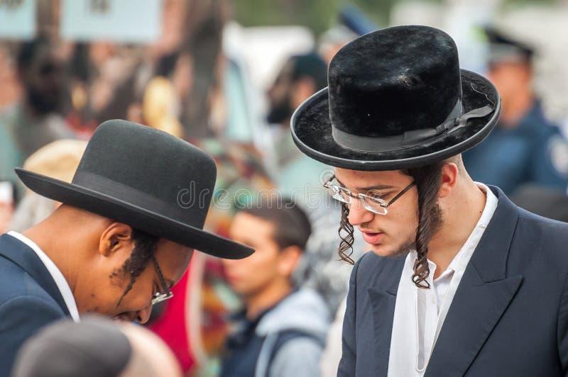 Rosh Hashanah, jüdisches neues Jahr 5777 Pilger in der traditionellen festlichen Kleidung Gespräch zwischen zwei Hasidic Juden stockbilder
