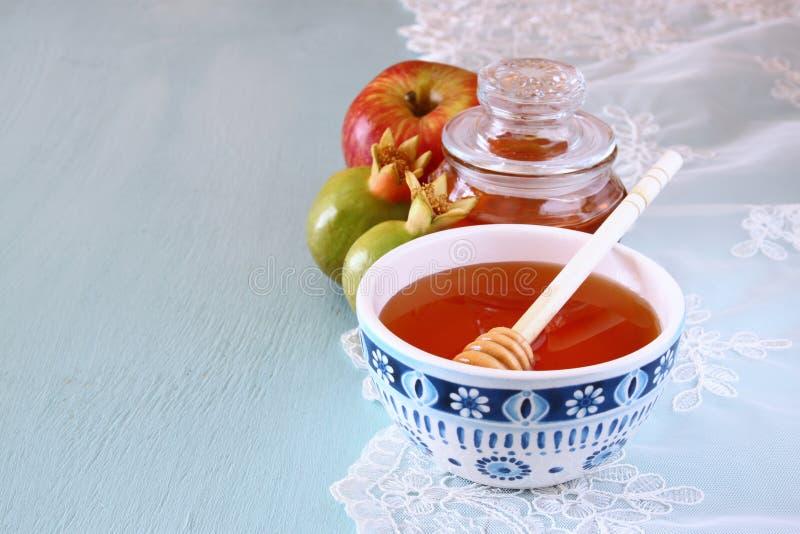 Rosh hashanah pojęcie miód, jabłko i granatowiec nad drewnianym stołem -, (jewesh wakacje) tradycyjni wakacyjni symbole obrazy royalty free