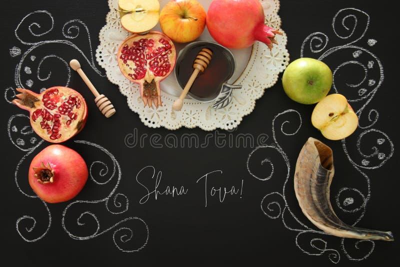 Rosh-hashanah u. x28; jüdisches neues Jahr holiday& x29; Konzept Traditionelle Symbole Text SHANA TOVA bedeutet GUTEN RUTSCH INS  lizenzfreies stockfoto